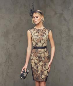 Fortuna / Kurzes Kleid aus Chantilly-Spitze mit Spitzenapplikationen im geraden Stil. Oberteil mit Rundhalsausschnitt