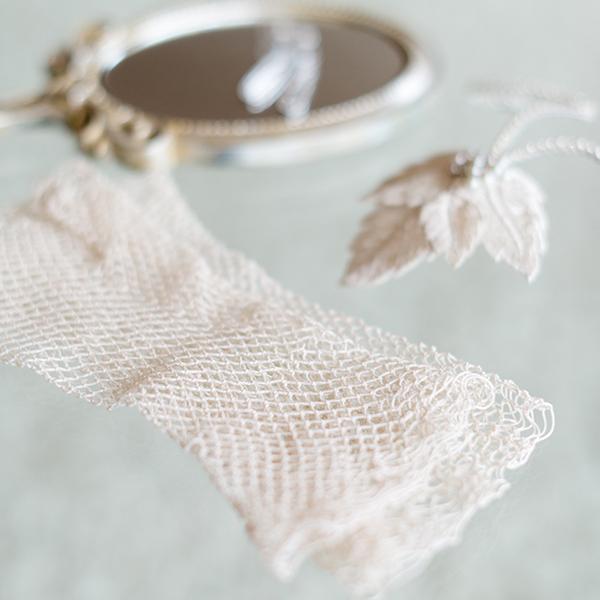 Edle Handschuhe im Vintage-Look runden einen eleganten Stil ab.
