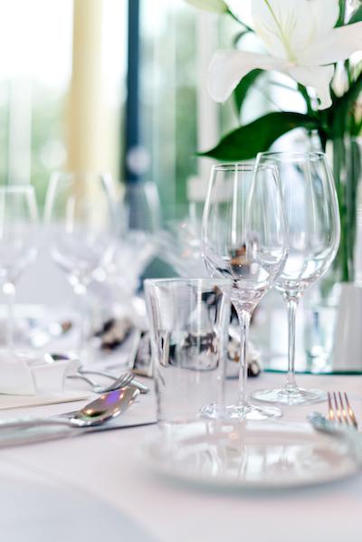 Elegant, festlich, klassisch. So die Grundstimmung dieser Hochzeit.