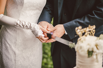 Bei einer Sommerhochzeit sollte man die Hochzeitstorte erst in den Abendstunden oder gegen Mitternacht anschneiden